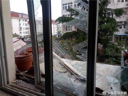 青岛市南区仙居路一居民楼仙居路13号发生爆炸 玻璃被震碎